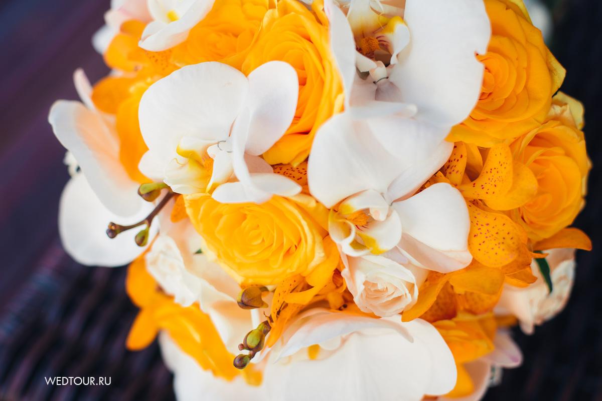 свадебный букет из желтых роз и белых орхидей