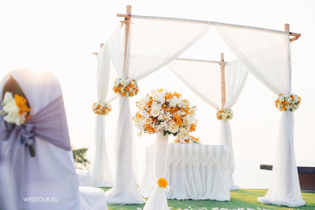 бамбуковая арка украшеная тканью и цветами,лимонная свадьба на пхукете