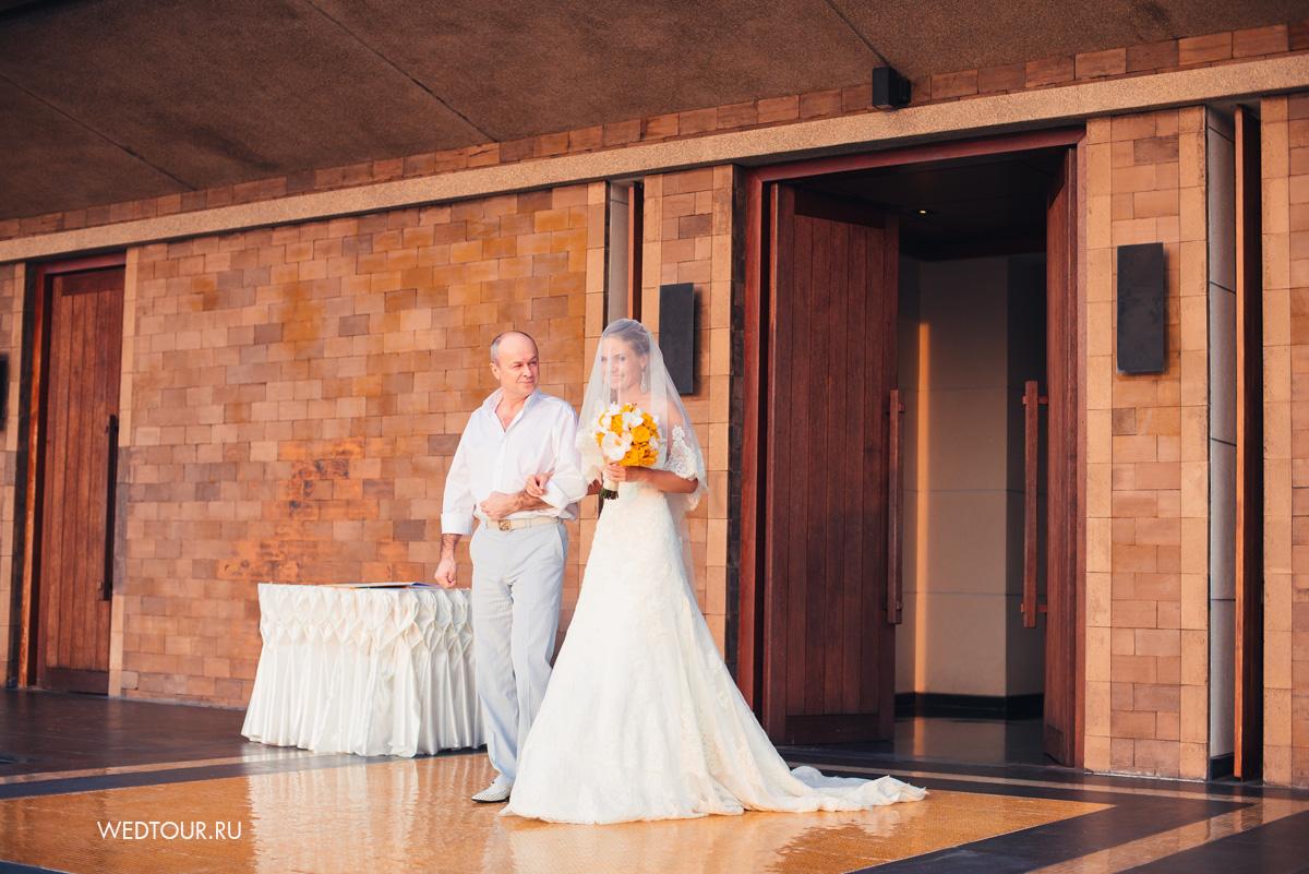 Невеста под руку с отцом,свадьба на острове пкукет,свадебная церемония