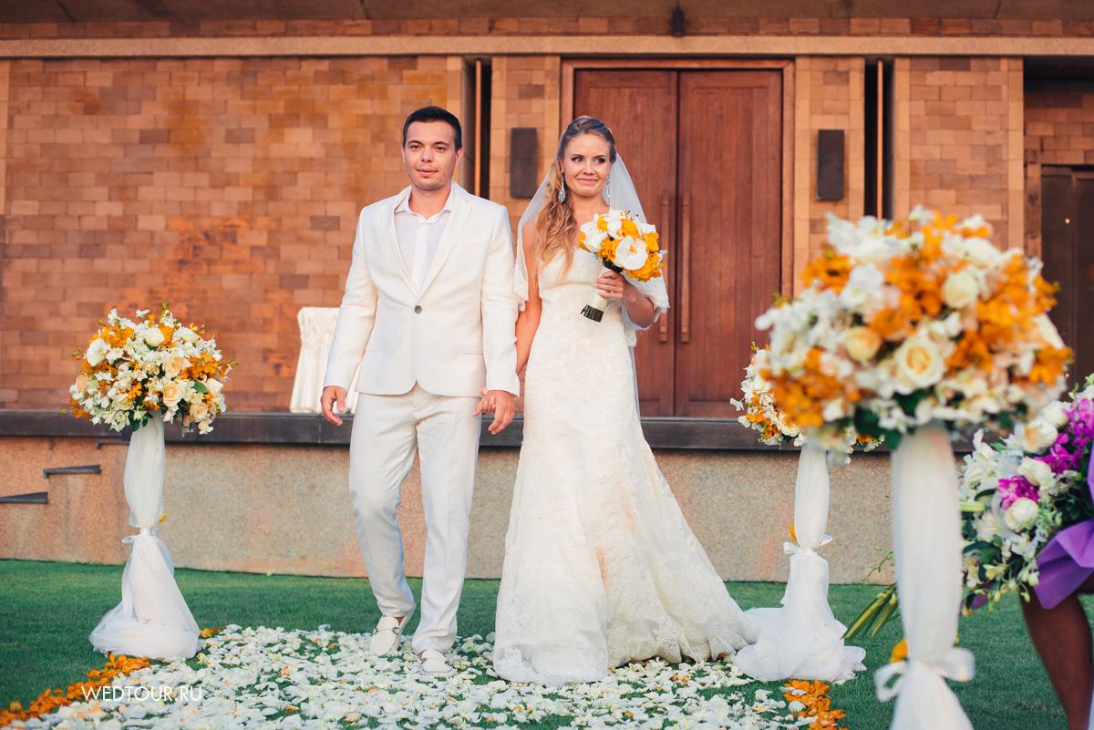 свадебная церемония в таиланде,невеста и жених идут к алтарю