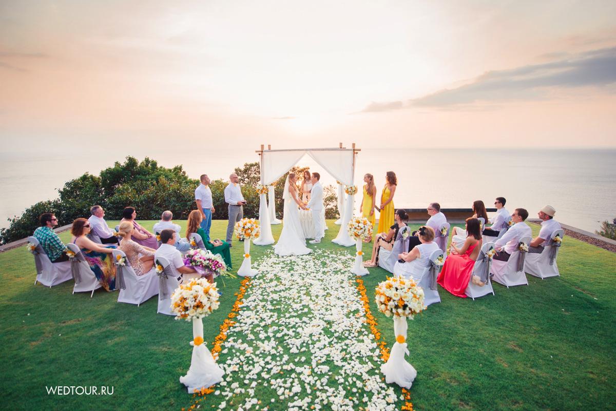 свадебная церемония в таиланде,свадьба на пхукете,жених и невеста у алтаря
