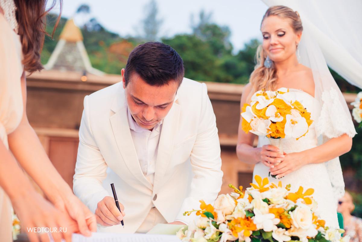 свадебная церемония в таиланде,свадьба на пхукете,жених и невеста у алтаря,подписание свадебного сертификата