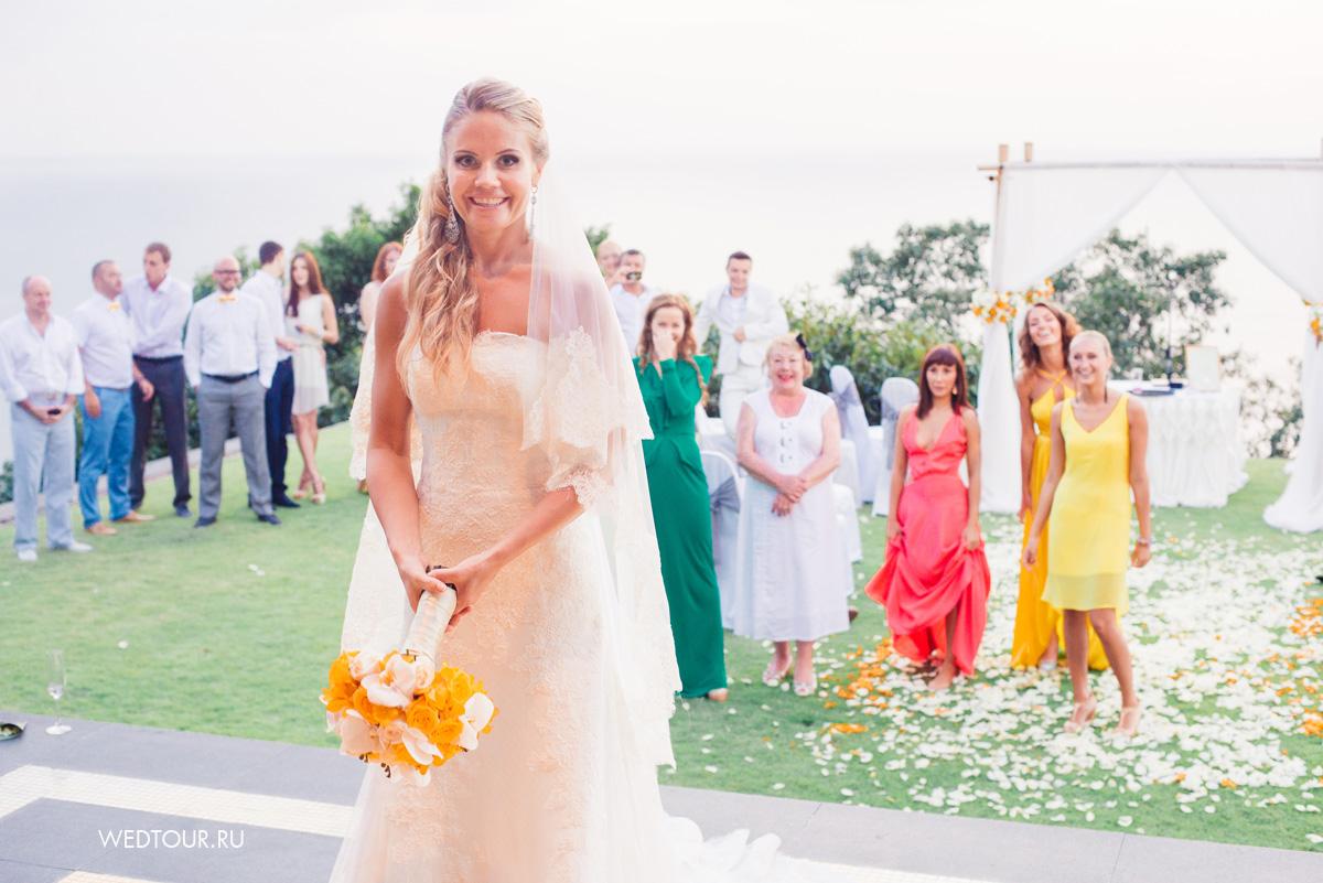 свадьба на острове Пхукет,подбрасывание свадебного букета невесты