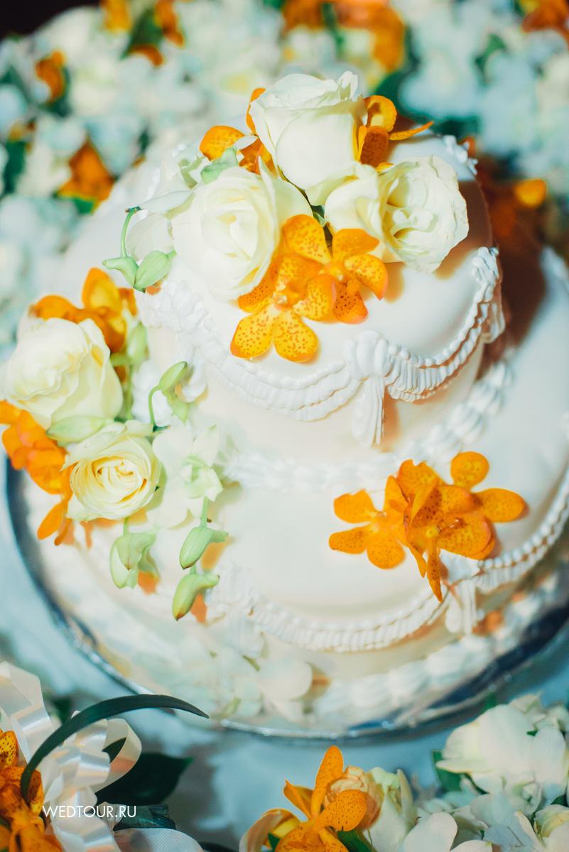 свадебный торт,свадебный торт украшенный цветами,желтые орхидеи